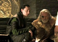 What a great shot! Loki and Odin. Behind the scenes of Thor with Tom Hiddleston and Sir Anthony Hopkins. Loki Thor, Tom Hiddleston Loki, Loki Avengers, Thomas William Hiddleston, Loki Laufeyson, Loki Gif, Thor 2011, Sir Anthony Hopkins, Loki God Of Mischief