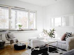 Interiores delicados en color blanco y con suelos de madera
