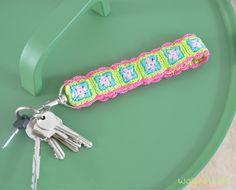 Möchten Sie diesen Schlüsselanhänger häkeln? Wählen Sie Ihre Lieblingsfarben für die Granny Squares! Schauen Sie hier für die Anleitung.