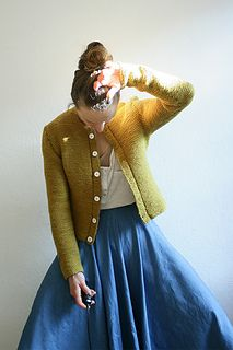 The garter stitch cardigan is a part of traditional bavarian clothing. I like all about it: it is minimalistic, easy to knit and easy to adjust to the individual proportions. Plus it is wearable with anything, anywhere, all year through.