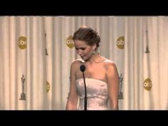 Jennifer Lawrence jokes about her fall  Backstage at Oscars 2013 Press Conference Full Version] - http://videonotes.ru/zabavnye-draki/jennifer-lawrence-jokes-about-her-fall-backstage-at-oscars-2013-press-conference-full-version.html