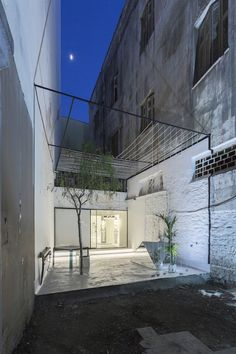Athens-based 314 Architecture Studio designed an eyewear store featuring a courtyard framed by a floating cube nestled between two exposed brick walls. Located in Chalkida. Patio Design, Diy Design, Home Design, Decoration Shop, Architecture Design, Optical Shop, Exposed Brick Walls, Design Furniture, Retail Design