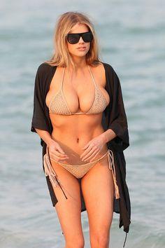 Charlotte McKinney na pláž v Miami zvolila hodně úsporné bikiny.
