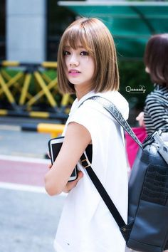 Blunt Cut Bob with Bangs Blunt Cut Bob mit Pony Blunt Bob Haircuts, Messy Bob Hairstyles, Bob Haircut With Bangs, Korean Hairstyle Bangs, Short Bobs With Bangs, Short Hair Cuts, Short Hair Styles, Korean Short Hair Bob, Girl's Day Hyeri
