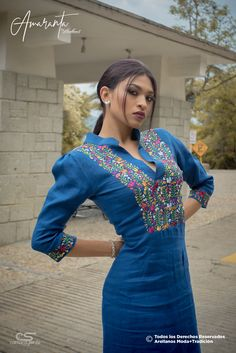 Moda Mexicana, bordado a mano.  De Oaxaca para el mundo. Ideal para asistir a una boda. Arellanos lo hace a tu medida Mexican Fashion, Lovely Dresses, Love Fashion, Mundo Ideal, Denim Dresses, Sari, My Style, Fitness, Outfits