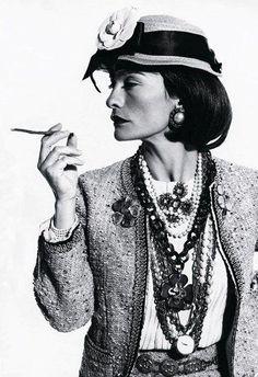 Gabrielle Bonheur Chanel dite Coco Chanel (1883-1971). Modiste à contre-courant. Ses créations avant-gardistes, très sobres, contrastent avec celles que portent les élégantes de l'époque.