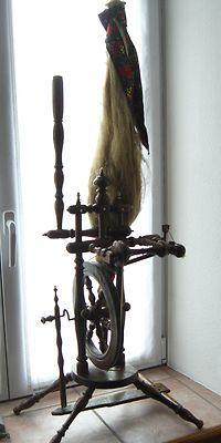 magnifique ancien rouet ( art populaire Alsace )