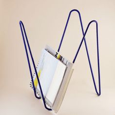 MW porte revues / magazine rack design by ¿adónde? — javier gutierrez carcache & laurent serin — 2015 • powder coated metal wire • made in france • height 46 cm • available on www.adonde.fr