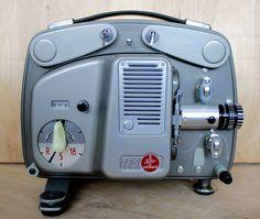 Proiettore di film 8mm Bolex Paillard 18-5. Realizzati in Svizzera nel 1961. In condizioni eccezionali. Questa macchina è stata acquistata dalla tenuta di George Eastman, fondatore della Eastman Kodak di Rochester, NY. Sembra aver avuto minimo, se qualsiasi uso. È costruita con alluminio pressofuso con un coperchio rimovibile. Comprende valigetta, cavo di alimentazione, custodia in vinile e manuale di istruzioni originale.  Spec.: Lampada: 8 volt, 50 watt. Sostituzione moderna CXR 8V/50W…