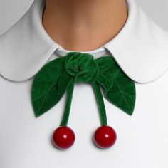 DETAIL: Turndown collar with fixed decorative cherries. Fashion Details, Diy Fashion, Ideias Fashion, Womens Fashion, Fashion Design, Fashion Ideas, Faux Col, Mode Vintage, Mode Outfits