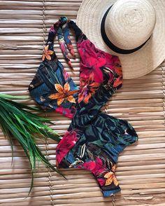 Maio cruzado estampa black floral , mais Divooo impossível ❤️❤️❤️ Summer Bathing Suits, Cute Bathing Suits, Summer Swimwear, Summer Suits, Pool Fashion, Bikini Fashion, Teen Fashion, Bikini Outfits, Cute Swimsuits