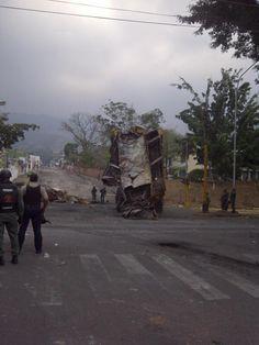Así quitan la Barricada que esta por la Normal, en Barrio Sucre. #28M img de @AndresCardeenas pic.twitter.com/m9lDZi0OOc