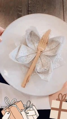 Paper Napkin Folding, Christmas Napkin Folding, Paper Napkins, Folding Napkins, Christmas Napkins, Table Arrangements, Dinner Napkins, Creative Food, Holidays And Events