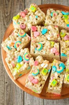 Lucky Charms Marshmallow Treats - Moms & Munchkins - - Lucky Charms Marshmallow Treats that anyone can make in minutes. A fun treat idea for St. Diy Unicorn, Unicorn Foods, Unicorn Bedroom, Unicorn Crafts, Unicorn Themed Birthday Party, Rainbow Birthday Party, 5th Birthday, Kid Birthday Party Food, Kids Birthday Treats