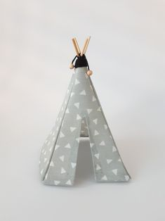 Tipi tentje poppenhuis. Mintgroene stof. Diy Dollhouse, Dollhouse Furniture, Quiet Books, Hedgehogs, Halle, Doll Accessories, Tent, Crafts, Dollhouses