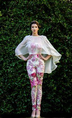Arturo Valdez 2015: Jumpsuit de tapiz de rosas y Capa de chiffon con perlas y petalos bordados.