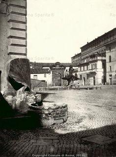 Piazza Barberini, fontana delle Api nella posizione originaria all'angolo di palazzo Soderini, sulla strada Felice (Via Sistina). Anno: 1871
