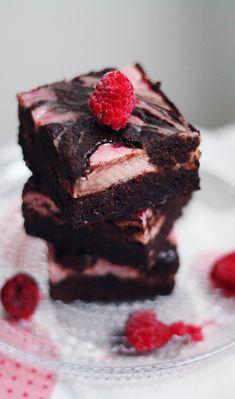 Vadelma-juustokakkubrowniet | Maku Finnish Recipes, Sweet Bar, My Best Recipe, Sweet And Salty, Something Sweet, Mini Cakes, I Love Food, No Bake Cake, Cake Recipes