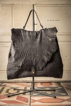 Collezione 2017 – Un tè da matti Fringe Bags, Biker Leather, Diy Purse, Trouser Jeans, Leather Purses, Leather Bags, Bag Making, Purses And Handbags, My Style