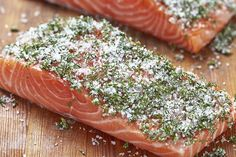 Zalm is gerookt heerlijkin een wrap, rauw door de sushi of als sashimi of simpelweg gebakken door een salade of pasta. Maar wil je het een keer iets specialer maken? Gaar het dan in de oven in één van deze zalige marinades. Kies eerst je favoriete marinade, maak deze en lees dan gauw verder wat …