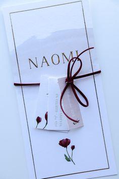 Prachtig rustig geboortekaartje van Naomi met drie labels, een suede koord en de kleuren groen, oudroze en bordeauxrood. De goudfolie maakt het kaartje mooi en bijzonder. Ontwerp door Leesign #geboortekaartje #meisje #goudfolie