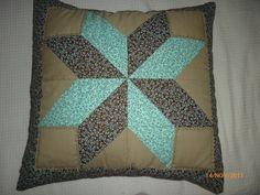 Capa de almofadas com trabalho de patchwork, modelo envelope. Forrada com manta e forro de algodão. Composição de 4 tecidos formando um desenho de estrela.  Enchimento não incluso R$50,00
