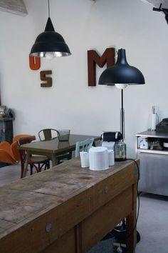 Une cuisine ouverte avec un billot