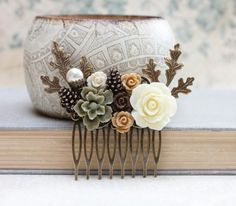 Weddbook is a content discovery engine mostly specialized on wedding concept. You can collect images, videos or articles you discovered  organize them, add your own ideas to your collections and share with other people - This is a gorgeous and unique woodland wedding hair comb! The floral collage is nature inspired in tones of cream, tan, brown and khaki green. The resin flowers are set on antiqued brass filigree. The special details of the comb are the little copper pine cones, the antique…