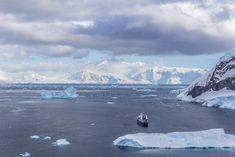 El tamaño de los icebergs comparado con el barco hace que te alegres de que el barco sea 'grande'