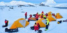 Quand Scott arriva au pôle Sud le 17 janvier 1912, il trouva une tente de soie érigée avec un drapeau norvégien ainsi qu'un fanion du Fram d'Amundsen, chef d'œuvre d'une tente dessinée pour l'utilisation d'urgence. Elle pouvait entrer dans la poche de leur anorak et pesait moins de deux kilos. Imaginez dormir sous le ciel de l'Antarctique et sous la fine paroi de votre tente vous protégeant des éléments. Rejoignez-nous pour une expérience inoubliable.