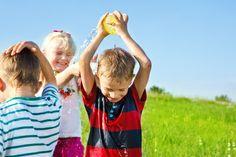 giochi per bambini con l'acqua http://www.lefestediemma.com/2014/05/guerra-con-l-acqua/