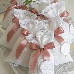 27 Free & Gorgeous DIY Christmas Gift Wrapping in 5 Minutes — remajacantik Beautiful & super easy DIY Christmas gift wrapping ideas, using upcycled brown paper & free natural materials to create festive designs that everyone loves! Wedding Gift Baskets, Wedding Gift Wrapping, Wedding Favors, Wedding Gifts, Easy Diy Christmas Gifts, Christmas Gift Wrapping, Diy Gifts, Handmade Gifts, Lavender Bags