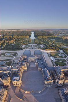 VersallesEl Château de Versailles, conocido como palacio de Versailles. Necesitas un día de viaje entero para visitar uno de los palacios más bonitos del mundo. Prepara también un calzado cómodo para recorrer tooodas las estancias del palacio y sus preciosísimos e interminables jardines(francia)