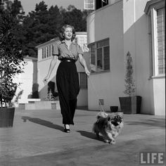 Lana Turner in high waist-ed pants and convertible collar blouse – Decor Style 2019 Retro Mode, Mode Vintage, Vintage Girls, Vintage Love, Vintage Style, Vintage Pants, Vintage Outfits, Vintage Clothing, Vintage Dresses