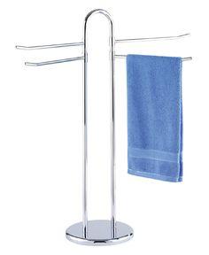Formschöner Handtuchständer mit vier beweglichen Armen aus verchromten Stahl, die viel Platz für Handtücher und Kleidung bieten. Die schwere Bodenplatte sorgt für einen sicheren Halt. Gesehen für € 39,99 bei kloundco.de.