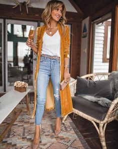 Yellow cardigan and jeans – fall outfit Cardigan jaune et jean – tenue d'automne Yellow Cardigan Outfits, Long Cardigan Outfit Summer, Kimono Cardigan Outfit, Black Kimono Outfit, Mustard Cardigan Outfit, Wedgie Levis, Fall Inspiration, Mode Ootd, All Jeans