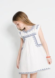 Blue embroidery on white | Vestido bordados