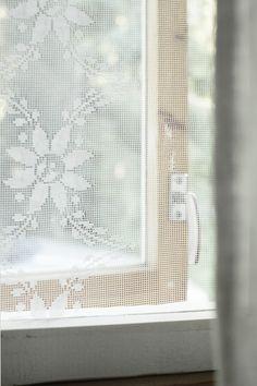 Pistin tänään pienemmän päiväunien aikaan töpinäksi ja näpräsin nopsaan tuollaisen hyttysverkon meidän kesähuoneen ikkunaan. Puurimasta kaksi ikkuna-aukon kokoista kehystä, maalasin ne Helmi-maalilla