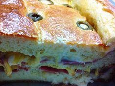 Feita na forma de pão, você serve em fatias, assim consegue visualizar todo o recheio, uma delícia de se ver e de comer! - Receita Prato Principal : Torta de mortadela com queijo de Fabiola Bianco
