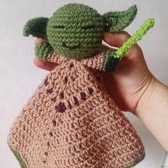 Mantinha de Apego do Mestre Yoda   Perfeita para bebês e crianças. O corpo da mantinha funciona como um cobertor, naninha, para a criança abraçar. Um companheirinho para todas as horas!   #amigurumi #ideiadepresente #presente #nerd #starwars #yoda #artesanato #ideiadepresente #quartodebebe #decoracao #bebe #presentecriativo