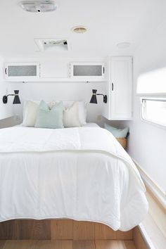 Get a look inside this remodeled fifth wheel trailer. Celebrity designer Jo Alcorn gave the old, water-damaged fifth wheel a complete makeover. Interior, Home, Bedroom Makeover, Home Bedroom, Rv Interior Design, Hgtv Designers, Tiny Master Bedroom, Remodel Bedroom, Interior Design