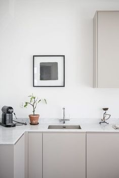 3 Marvelous Useful Ideas: Minimalist Interior Color Gray minimalist home essentials shelves.Minimalist Home Living Room House Tours minimalist kitchen ideas open plan. Interior Desing, Home Interior, Interior Design Kitchen, Modern Interior, Minimal Kitchen Design, Minimalistic Kitchen, Interior Paint, Neutral Kitchen Cabinets, Kitchen Cabinet Colors