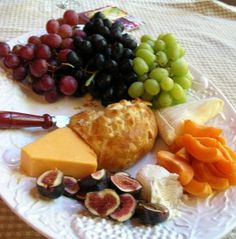 A good list of foods to pair with different kinds of cheese Party Snacks, Appetizers For Party, Kinds Of Cheese, Cheese Party, Fresh Figs, Cheese Lover, Wine Cheese, Cheese Platters, Appetisers