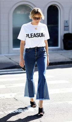 What to Wear for Any Australia Day Adventure: Take this opportunity to wear your coolest new jeans, and one of biggest trends—the slogan tee. Add a pair of mules and oversized sunnies, and you're good to go. Fashion Blogger Style, Style Blog, Look Fashion, My Style, Preppy Fashion, Travel Fashion, Simple Style, Fashion Styles, Denim Outfits