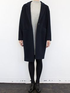 コクーンシルエットの ウールチェスターコートです。 ウエストのシームポケットの ラインで切り替えることにより メリハリのあるデザインに。 スカートをのぞかせてレディライクなスタイリングから、パンツを合わせてトラッドな印象に仕上げても◎