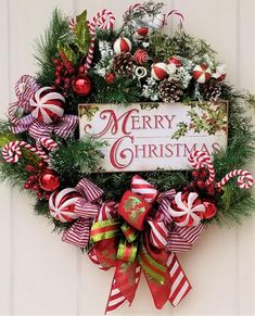 Creative ways inspirational strikingly unique christmas wreath decorations ideas 8 – fugar Classic Christmas Decorations, Elegant Christmas, Rustic Christmas, Holiday Decor, Merry Christmas Sign, Christmas Candy, Christmas Crafts, Christmas Lunch, Christmas Room