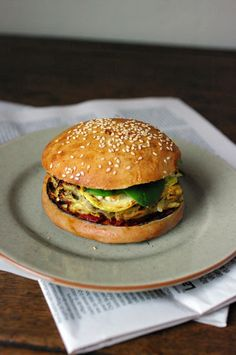 hamburger à l'indienne - 4 pains à hamburger ou pains naans - 300g blancs de poulet - 1 petit oignon - 1 c. à café de tandoori ou de curry en poudre - 1 oeuf - 2 ou 2 c. soupe de coriandre surgelée hachée - quelques feuilles de salade - huile - chutney de mangue  -  tomates cerises sauce raïta : - 1/2 concombre  - 1 yaourt à la grecque - 2 c. soupe de menthe surgelée - sel et poivre du moulin