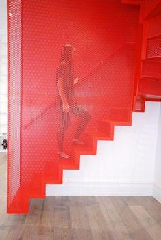escalier suspendu rouge