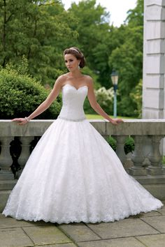 Wedding Dress- Vera Wang   (BridesMagazine.co.uk)