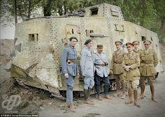 Les soldats français et britanniques se tiennent autour d'un char allemand A7V capturé à Villers-Brettoneux en mai 1918.
